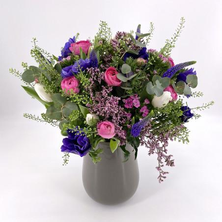 Bouquet de saison avec anemones, tulipes, renoncules