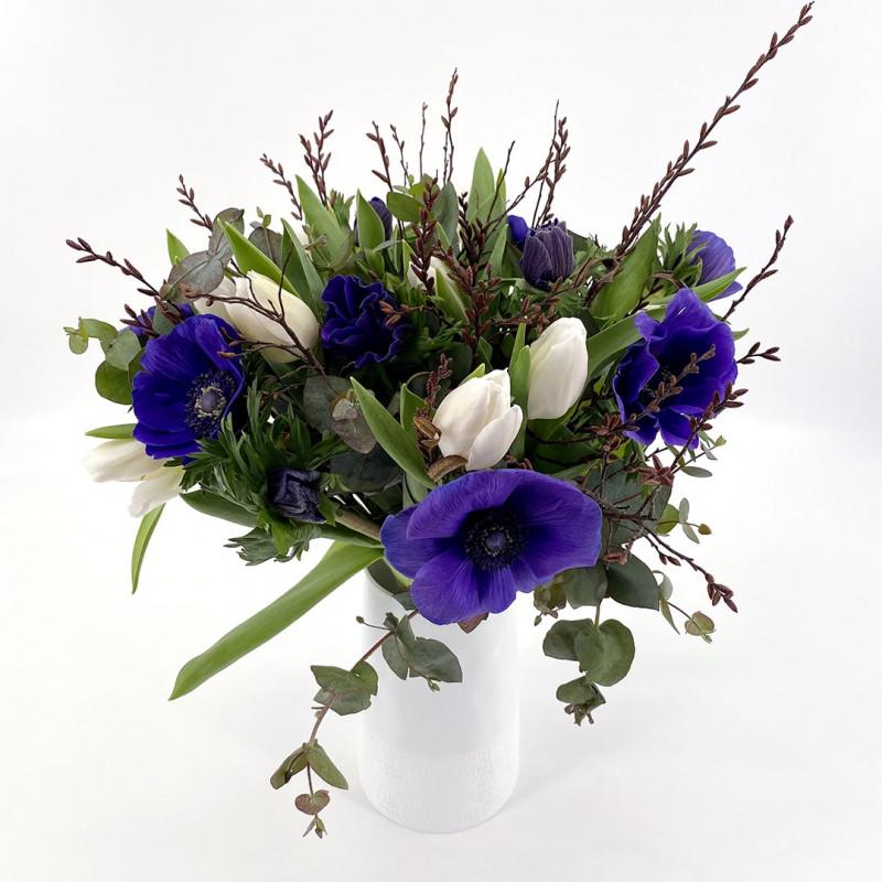 Bouquet de saison avec anemones et tulipes