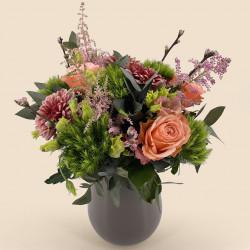 Bouquet de fleurs-printemps avec oeillets, roses, lysianthus