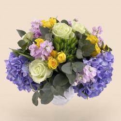 Bouquet de fleurs-printemps avec hortensia, roses, eucalyptus.
