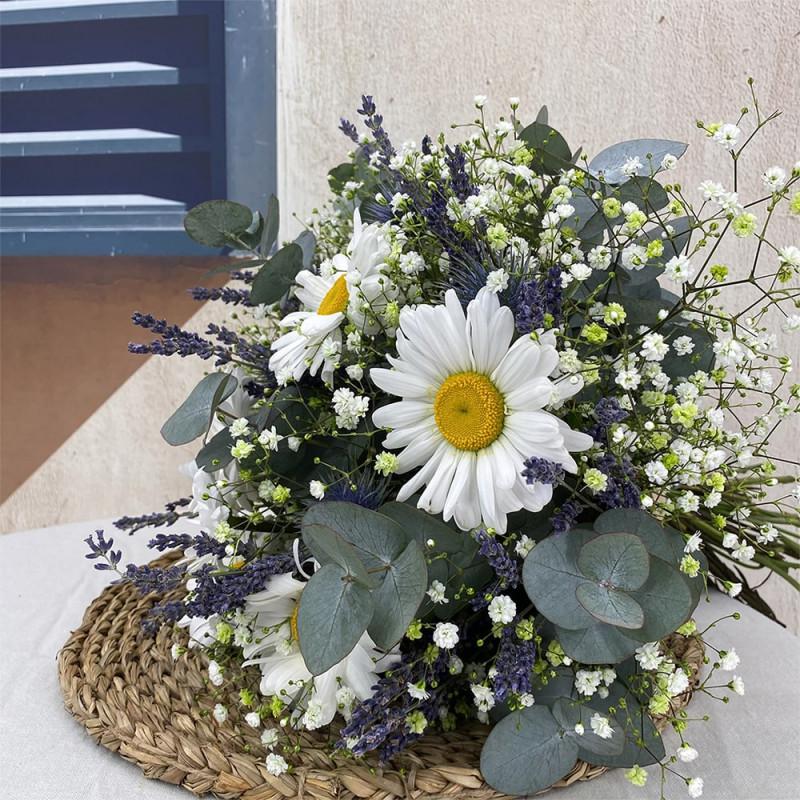 Bouquet de saison avec lavande, chardon et eucalyptus.