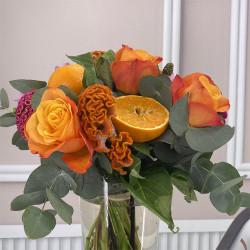 Bouquet de saison avec roses, celosies et eucalyptus.